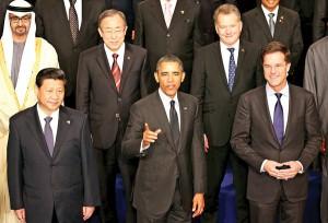 Pamiątkowa fotografia po spotkaniu w Hadze. W centrum Barack Obama fot.Oliver Berg/PAP/EPA