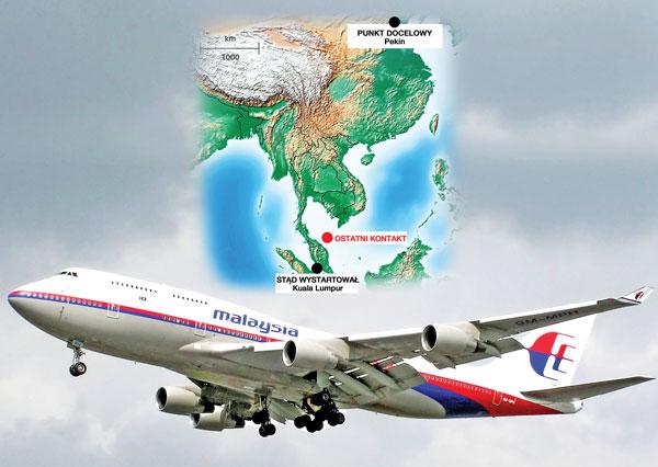 Boeing 777 malezyjskich lini lotniczych i mapa z ostatnią trasą maszyny fot.Sailsbystars/Adrian Pingstone/Wikipedia