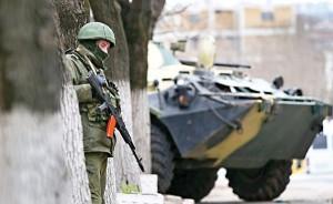 Uzbrojony mężczyzna w Symferopolu na Ukrainie fot.Yuri Kochetkov/PAP/EPA