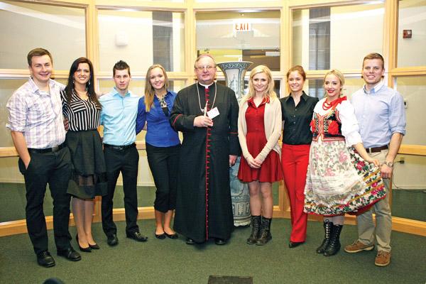 Wspólne zdjęcie organizatorów z biskupem Andrzejem Wypychem fot.Artur Partyka