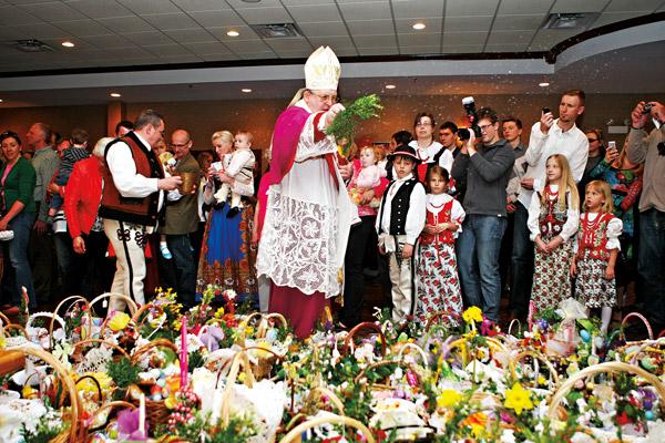Ks. biskup Andrzej Wypych poświęcił koszyczki fot.Artur Partyka