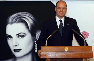 Książę Monako Albert II wygłasza przemówienie, otwierając wystawę poświęconą jego matce, Grace Kelly fot.Franck Robichon/PAP/EPA