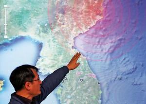 Pracownik Koreańskiej Agencji Meteorologicznej w Seulu pokazuje na mapie obszar w rejonie prowincji Kilju, gdzie komunistyczne władze Korei Północnej przeprowadziły testy nuklearne fot.YONHAP/PAP/EPA