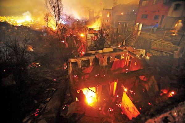 Skutki pożaru w Valparaiso w Chile fot.Felipe Trueba/PAP/EPA