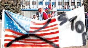 Antyamerykański protest w Ługańsku na Ukrainie fot.Zurab Kurtsikidze/PAP/EPA
