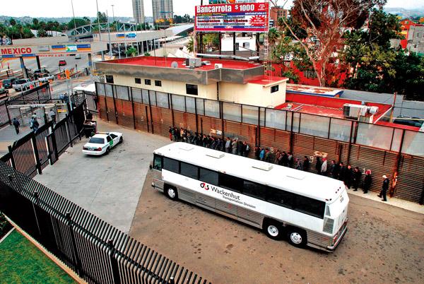 Deportowani nielegalni imigranci z Meksyku, na granicy amerykańsko-meksykańskiej  fot.David Maung/EPA