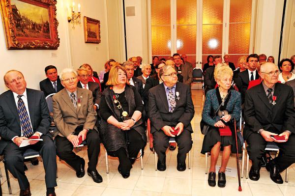 W pierwszym rzędzie siedzą odznaczeni i odbierający odznaczenia. Od prawej: Arkadiusz Pyzio, Regina Lis, Mieczysław Leopold Kukuła, Cynthia Eugenia Mitchell, Emil Walat i Bogusław Malisz