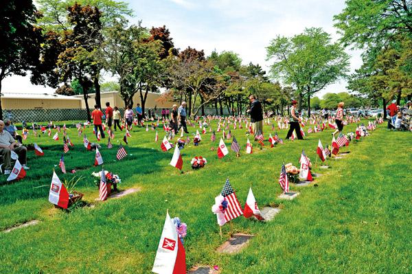 Na mogiłach polskich weteranów łopocą polskie i amerykańskie flagi