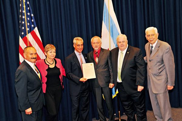 Z laureatami i inicjatorami rezolucji – burmistrz Rahm Emanuel