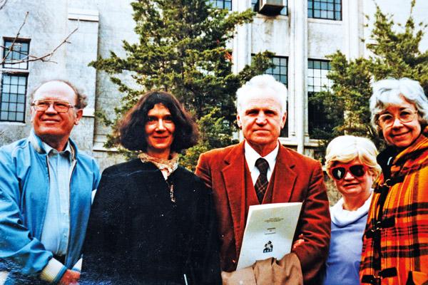 Dzień ukończenia studiów w Rosary College. Maria i Tymoteusz Karpowiczowie z przyjaciółmi fot.arch. Zofii Bukowskiej