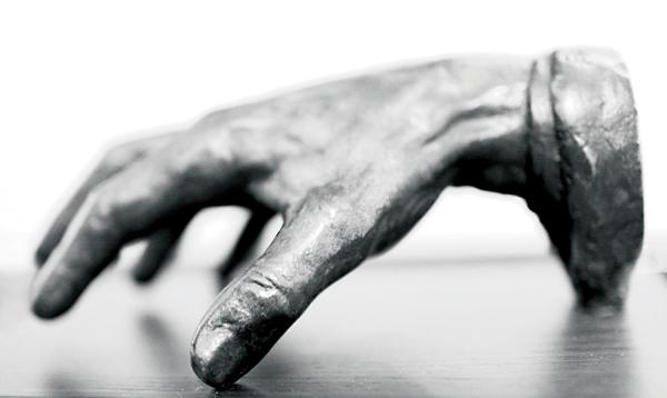 Odlew dłoni Paderewskiego eksponowany w MPA fot.J.Siegel/MPA