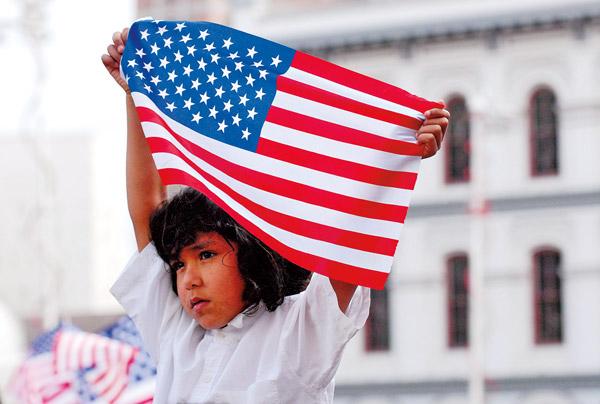 6-letni Ricardo Montes podczas demonstracji imigrantów w Los Angeles fot.Jamie Rector/EPA