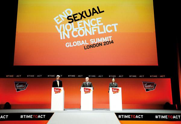 Od lewej: sekretarz stanu USA John Kerry, minister spraw zagranicznych Wielkiej Brytanii William Hague i Angelina Jolie fot.Facundo Arrizabalaga/EPA