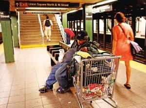 Bezdomny w nowojorskim metrze fot.Kerim Okten/EPA