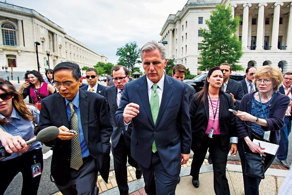 Kevin McCarthy (w środku) został nowym liderem większości republikańskiej w Izbie Reprezentantów fot.Jim Lo Scalzo/EPA