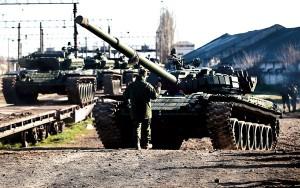 Rosyjscy żołnierze rozładowują czołgi T-72 z pociągów w pobliżu Symferopola na Ukrainie fot.Sergei Ilnitsky/PAP/EPA