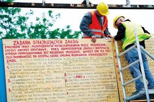 Wymiana kopiii tablic z Sierpnia '80  fot.Adam Warżawa/PAP/EPA
