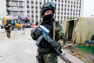 Prorosyjski bojówkarz w Doniecku na Ukrainie fot.Photomig/PAP/EPA