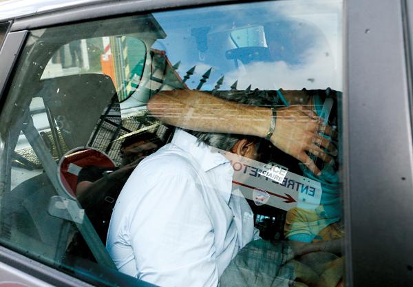 Wojciech J., były konsul honorowy RP w Monako, ukrywa twarz po opuszczeniu posterunku policji fot.Stringer/EPA