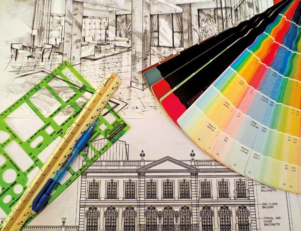 """Typowe """"narzędzia pracy"""" projektantów: linijka, ołówek, rysunek techniczny, rysunek odręczny i wachlarz malarski"""