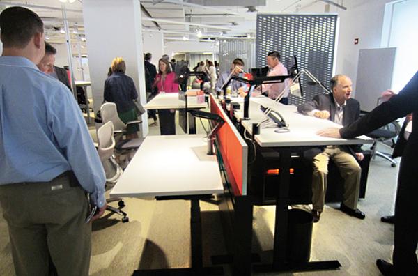 Zautomatyzowane biurka prezentowane w salonie firmy Knoll