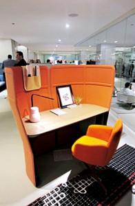 Biurko z filcowymi ściankami prezentowane w salonie firmy Haworth