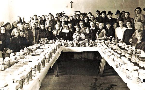 Przydział darów z Ameryki. Caritas w Pleszowie, 1946 rok   fot.Z kolekcji MPA