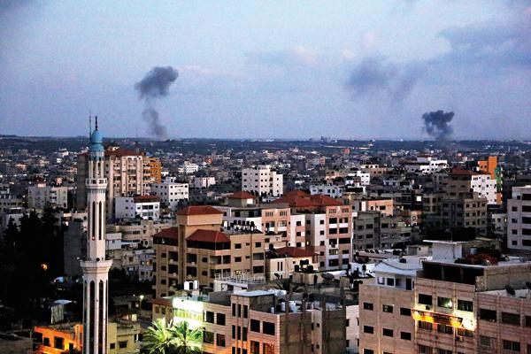 Dym po wybuchu pocisków unoszący się nad Gazą fot.Mohammed Saber/EPA
