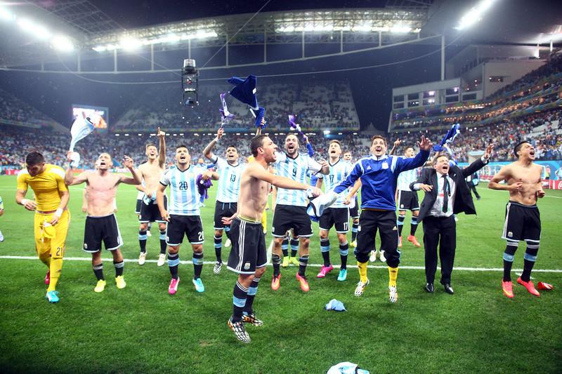 Drużyna Argentyny cieszy się ze zwycięstwa z Holendrami fot. EPA/DIEGO AZUBEL