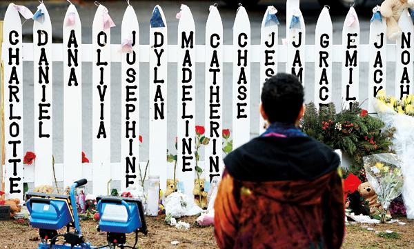 Ogrodzenie, na którym wypisano imiona 20 dzieci zabitych w szkole podstawowej Sandy Hook w Newton. Tragiczna strzelanina miała miejsce 13 grudnia 2012 roku fot.Justin Lane/EPA