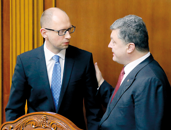 Premier Arsenij Jaceniuk (z lewej) i prezydent Petro Poroszenko fot.Sergey Dolzhenko/EPA