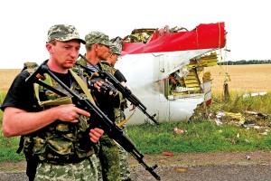 Uzbrojeni prorosyjscy separatyści na miejscu katastrofy malezyjskiego Boeinga fot.Anastasia Vlasova/EPA