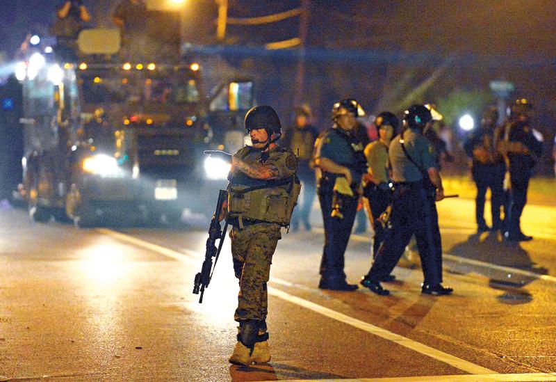 Uzbrojona policja podczas protestów w Ferguson w Missouri fot.Larry W. Smith/EPA
