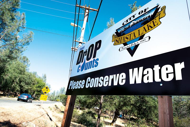 Plansza z komunikatem o konieczności oszczędzania wody przy wjeździe do Shasta Lake City fot.John G. Mabanglo/EPA