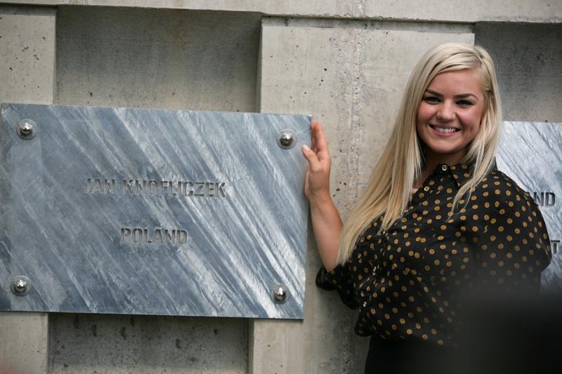 Joanna Mikosz przy tablicy swojego dziadka