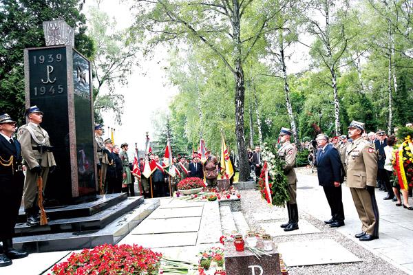 Prezydent Bronisław Komorowski składa kwiaty pod pomnikiem Gloria Victis na Powązkach fot.Rafał Guz/EPA