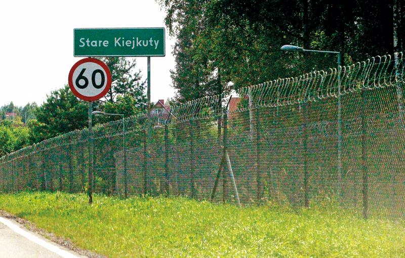 Ogrodzenie jednostki wojskowej w Starych Kiejkutach, gdzie miały znajdować się tajne więzienia CIA w Polsce fot.Tomasz Waszcuk/EPA