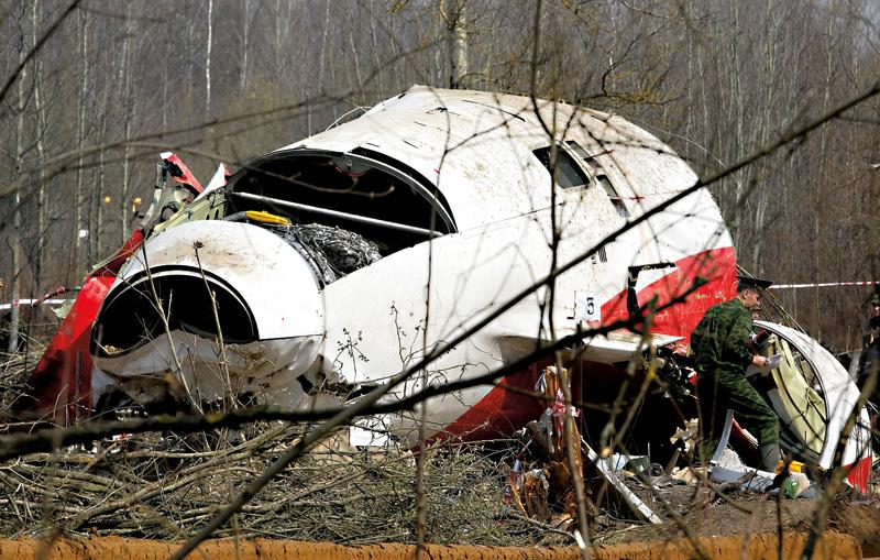 Szczątki Tupolewa Tu-154 pod Smoleńskiem fot.Sergei Chirikov/EPA