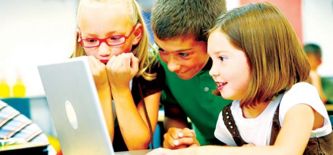 Przedszkolaki uczą się programować komputer
