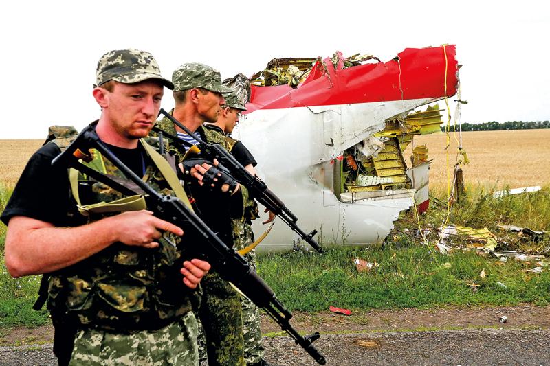 Szczątki malezyjskiego samolotu MH17 na Ukrainie fot.Anastasia Vlasova/EPA