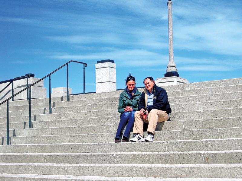 Wojciech Putz na schodach w Ogrodzie Chopina, z córką Kasią fot.arch. Wojciech Putza