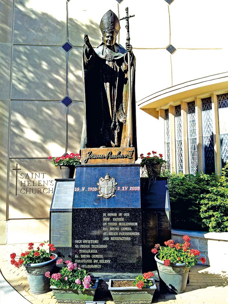 Postać św. Jana Pawła II jest dziełem wybitnego polskiego rzeźbiarza Czesława Dźwigaja