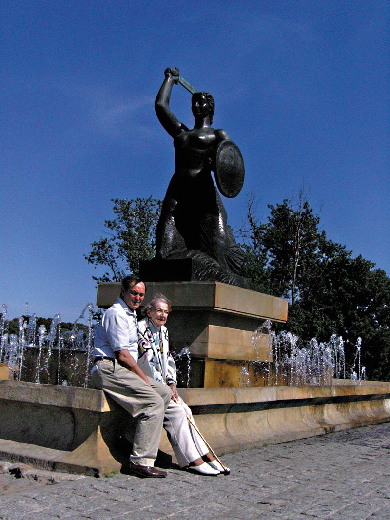 Z mamą pod pomnikiem Syrenki w Warszawie fot.arch. Wojciecha Putza