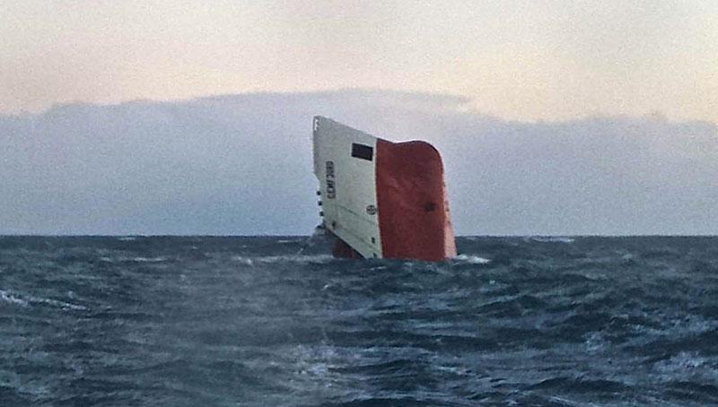 Statek, na pokładzie którego byli Polacy poszedł w niedzielę na dno fot. British Royal National Lifeboat Intitution (RNLI) /EPA
