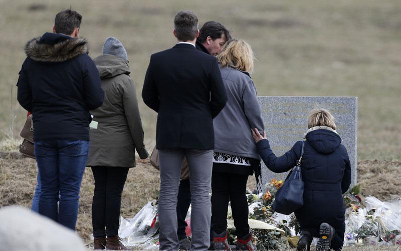 Rodziny ofiar przed tablicą upamiętniającą miejsce katastrofy fot. Guillaume Harcajuelo/EPA
