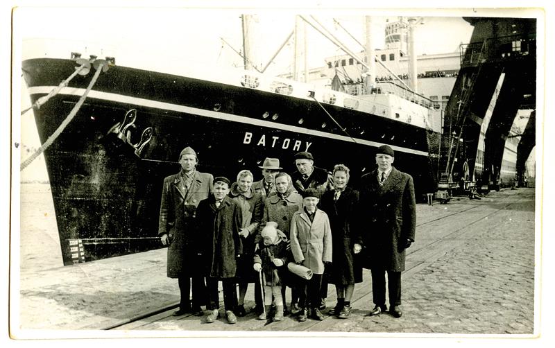 Pożegnanie z rodziną przed rejsem. Z prawej Gustaw Jachym. W środku grupy jego matka Waleria Jachym i brat Antoni oraz drugi z lewej − brat Stanisław fot. arch. rodzinne