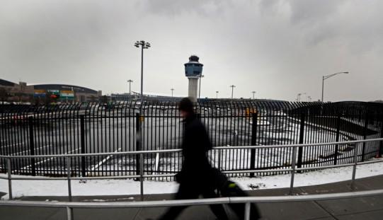 Samolot wypadł z pasa na nowojorskim lotnisku (ZOBACZ ZDJĘCIA)