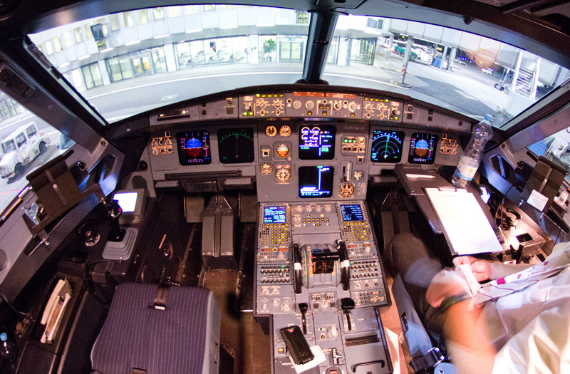 Kabina pilotów Airbusa A320, który rozbił się we francuskich Alpach fot.Marius Palmen/EPA