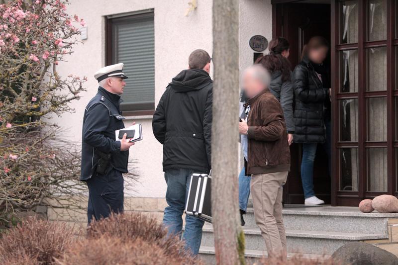 Policja przeszukuje dom Andreasa Lubitza w Montabaur fot.Frederik Von Erichsen/EPA