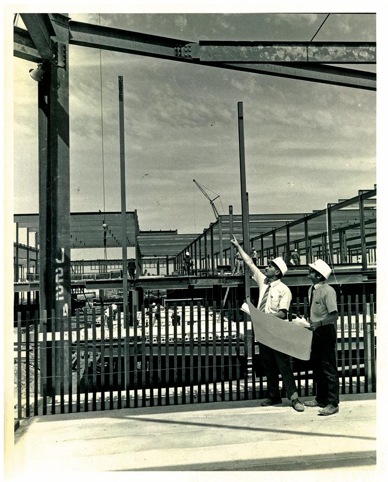 """Inż. Alex Włodzimierski z asystentem Alanem Górnym na placu budowy Woodfield Mall fot. arch. """"Dziennika Związkowego"""""""